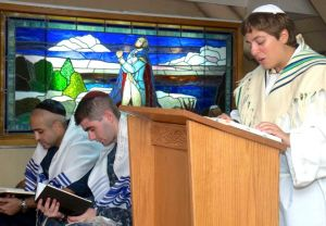 US-Navy-Photo-Jewish-chaplain-leads-sailors-in-observing-Yom-Kippur