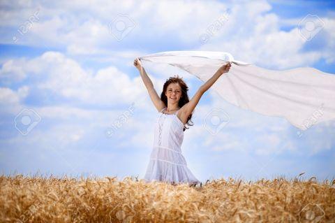 15045242-mujer-bonita-en-campo-de-trigo-de-oro-con-la-bufanda-volando-foto-de-archivo